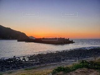 水の体に沈む夕日の写真・画像素材[3288129]