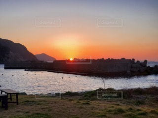 水の体に沈む夕日の写真・画像素材[3288132]