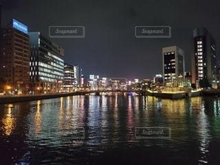背景に都市がある水域の写真・画像素材[3288165]