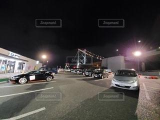 道路の脇に駐車している車の写真・画像素材[3288157]