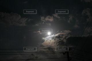 夜を見上げる空の景色の写真・画像素材[3299194]