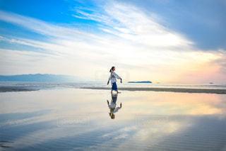 反射する海と空。の写真・画像素材[3291077]
