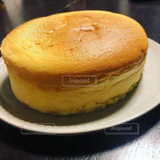 皿の上のケーキの片をクローズアップするの写真・画像素材[3295274]
