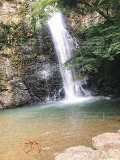 水の上に大きな滝の写真・画像素材[3488423]