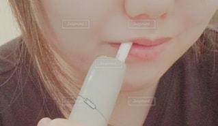 iQOSを吸う女性の写真・画像素材[3291200]