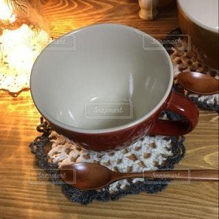 木製のテーブルの上に食べ物のボウルの写真・画像素材[3297358]