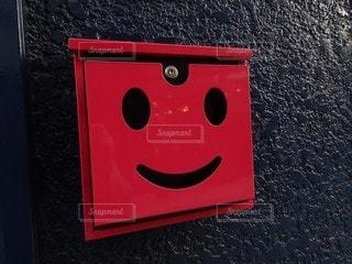 レンガ造りの建物の黒と赤の看板の写真・画像素材[3291497]