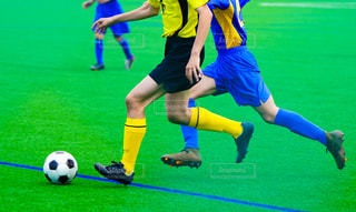 野原でサッカーをしている女の子の写真・画像素材[3305597]