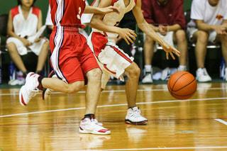 バスケットボールの試合をする人々のグループの写真・画像素材[3326903]