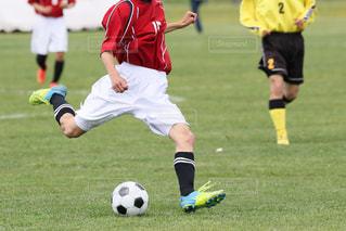 サッカーの試合をしている若い男性のグループの写真・画像素材[3337866]
