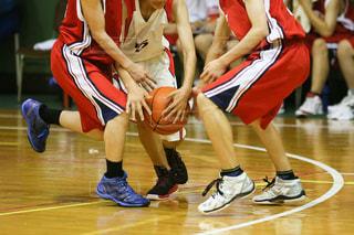 バスケットボールをしている人々のグループの写真・画像素材[3361812]
