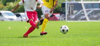 サッカーの試合をしている若い男性のグループの写真・画像素材[3370906]