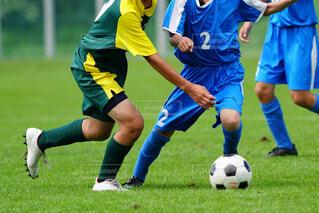 サッカーの試合をしている若い男性のグループの写真・画像素材[3629427]