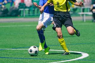 サッカーの試合をしている若い男性のグループの写真・画像素材[3693755]