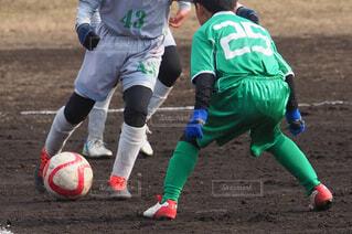 サッカーの試合をしている若い男性のグループの写真・画像素材[3720493]