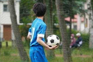 サッカーボールを持つ少年の写真・画像素材[4321317]