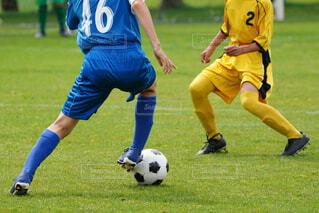 サッカーの試合をしている若い男性のグループの写真・画像素材[4372372]
