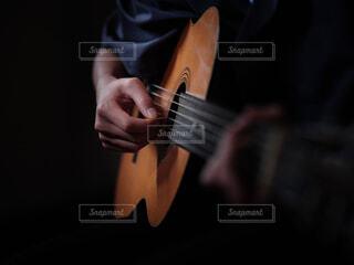 ギターを持つ手の写真・画像素材[4538149]