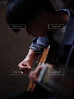ギターを持っている男の写真・画像素材[4545440]