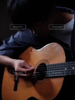 ギターを持っている人の写真・画像素材[4545439]