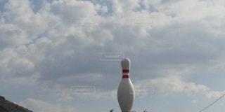 曇りの空と巨大なピンの写真・画像素材[3345586]