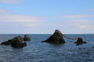 水の体の真ん中に島の写真・画像素材[972479]