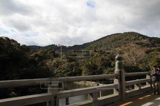 背景の山が付いているベンチの写真・画像素材[972507]