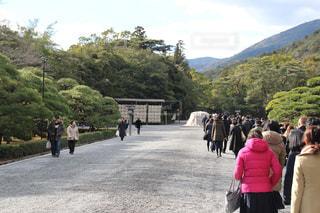 道の端に歩く人々 のグループの写真・画像素材[972511]