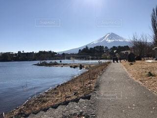 背景の山と水体の写真・画像素材[972529]