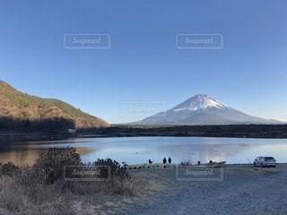 背景の山と水体の写真・画像素材[972534]