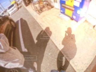 歩いている影の写真・画像素材[3336251]