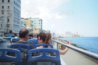 観光バスに乗っている男女の写真・画像素材[3390172]