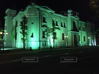 夜にライトアップされた建物の写真・画像素材[3306130]