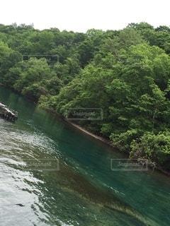 水の上に大きな滝の写真・画像素材[3306133]