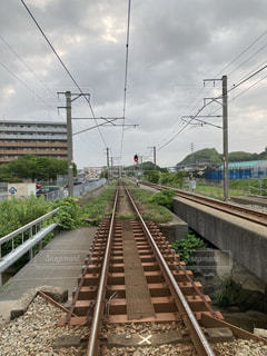 鉄の線路上の列車の写真・画像素材[3326530]