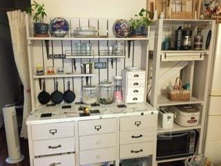 たくさんの家具でいっぱいの台所の写真・画像素材[3326894]