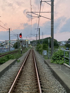 鉄の線路上の列車の写真・画像素材[3340271]