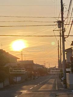 通りの横からぶら下がっている信号の写真・画像素材[3344115]