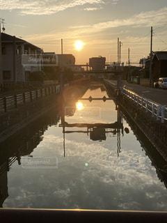 水の体に架かる橋の写真・画像素材[3371277]