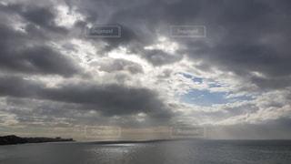 海、雲、光さすの写真・画像素材[3315648]