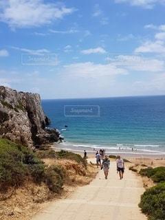 崖の下のビーチへの写真・画像素材[3381443]