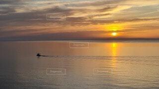 朝日と漁にむかう船の写真・画像素材[3892375]