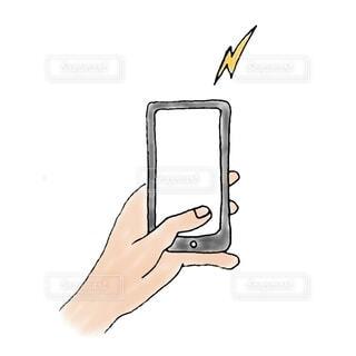 スマートフォンを片手で操作しているところの写真・画像素材[3690486]