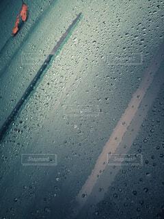 自動車もフロントガラスの水滴と落ち葉の写真・画像素材[3923055]