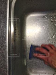 台所のシンクを洗っているの写真・画像素材[4237689]