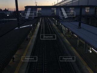 夕暮れ時の鉄道駅のホームの写真・画像素材[4275236]
