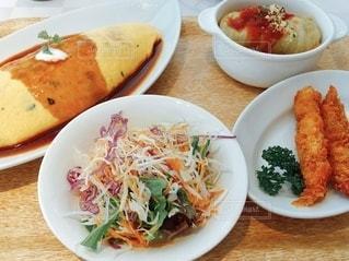 テーブルの上の食べ物のクローズアップの写真・画像素材[3311129]