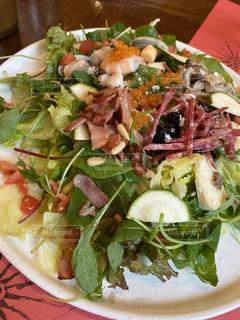 テーブルの上のサラダの写真・画像素材[3484011]