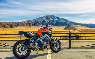 阿蘇山とバイクの写真・画像素材[3308665]