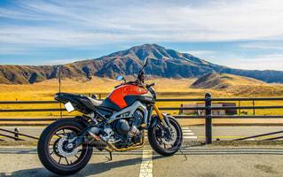 山裾のオートバイの写真・画像素材[3308658]
